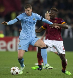 Manchester City's Edin Dzeko (L) and Roma's Mapou (R) in action during Champions League soccer match A.s. Roma-Manchester City at Olympic Stadium in Rome, 10 December 2014. ANSA/CLAUDIO PERI