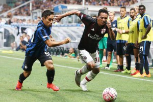 Inter's Yuto Nagatomo (L) and Milan's Carlos Bacca in action during the triangular soccer match for the 2015 Trofeo Tim (Tim Trophy) between US Sassuolo, Inter FC and AC Milan at Mapei Stadium in Reggio Emilia, Italy, 12 August 2015. ANSA/ELISABETTA BARACCHI