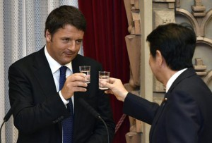 Italian Prime Minister Matteo Renzi (L) raises his glass for a toast with Japan's Prime Minister Shinzo Abe (R) during a welcome dinner hosted by Abe at his official residence in Tokyo, Japan, 03 August 2015.  ANSA/FRANCK ROBICHON/POOL