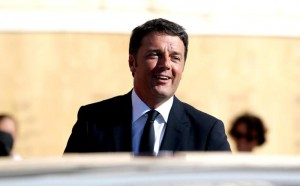 Italian Prime Minister Matteo Renzi waits for German Chancellor Angela Merkel prior her during a visit at the Milan Expo 2015, in Milan, Italy, 17 August 2015. ANSA/DANIELE MASCOLO
