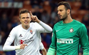 Fiorentina midfielder Josip Ilicic (L) celebrates after scoring (1-0) against Inter goalkeeper Samir Handanovic during the Italian Serie A soccer match between Inter Fc and Ac Fiorentina at Giuseppe Meazza stadium in Milan, 27 september  2015.  ANSA / MATTEO BAZZI