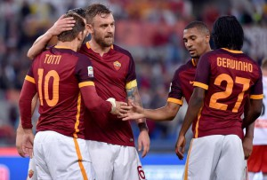 AS Roma's players celebrate after scoring the 4-1 goal during the Italian Serie A soccer match between AS Roma and Carpi at the Olimpico stadium in Rome, Italy, 26 September 2015.   ANSA/ETTORE FERRARI