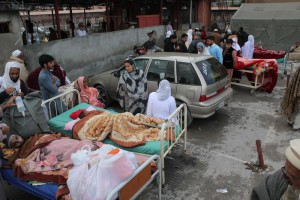People injured in 7.7 magnitude earthquake receive medical treatment outside a hospital in Abbottabad, Pakistan, 26 October 2015. According to local media sources, at least 29 people died and dozens injured mostly in Peshawar and northern region of Pakistan.  ANSA/SULTAN DOGAR