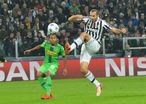 Juventus' Giorgio Chiellini (R) and Borussia Monchengladbach's Raffael in action during the Uefa Champions League soccer match Juventus FC vs Borussia VfL 1900 Monchengladbach at Juventus Stadium in Turin, Italy, 21 October 2015. ANSA/ANDREA DI MARCO