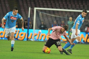 Marek Hamsik of SSC Napoli fights for the ball with Franco Vazquez of US Palermo (C) during Italian Serie A soccer match SSC Napoli-US Palermo at San Paolo Stadium in Naples, 28 October 2015. ANSA/CESARE ABBATE