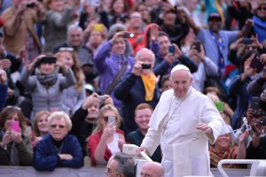 Pope Francis arrives in St. Peter Square for the Wednesday's General Audience, Vatican City, 21 October 2015.  ANSA / MAURIZIO BRAMBATTI