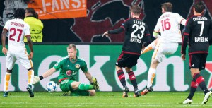 Daniele De Rossi of AS Roma scores his first goal during the UEFA Champions League match between Bayer Leverkusen and AS Roma, in Leverkusen, Germany, 20 October 2015.  EPA/MARIUS BECKER
