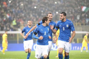 Italy's Claudio Marchisio (C) jubilates with his teammates after scoring on penalty the goal during the international friendly soccer match Italy vs Romania at Renato Dall'Ara stadium in Bologna, Italy, 17 November 2015. ANSA/GIORGIO BENVENUTI