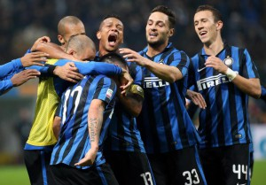 Inter's Gary Medel (C) jubilates with his teammates after scoring the goal during the Italian Serie A soccer match FC Inter vs AS Roma at Giuseppe Meazza stadium in Milan, Italy, 31 October 2015. ANSA/MATTEO BAZZI
