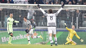Juventus' Mario Mandzukic (2L) jubilates after scoring the goal during the Uefa Champions League soccer match Juventus FC vs Manchester City FC at the Juventus Stadium in Turin, Italy, 25 November 2015. ANSA/ALESSANDRO DI MARCO