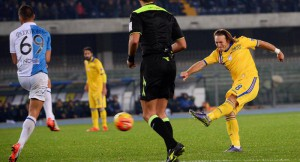 Sampdoria's Edgar Barreto (R) in action during the Italian Serie A soccer match AC Chievo Verona vs UC Sampdoria at Bentegodi stadium in Verona, Italy, 02 November 2015. ANSA/FILIPPO VENEZIA