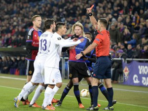Slovakian referee Ivan Kruzliak (R) sends off Fiorentina's Facundo Roncaglia during the UEFA Europa League group I group stage matchday 5 soccer match between Switzerland's FC Basel 1893 and Italy's ACF Fiorentina at the St. Jakob-Park stadium in Basel, Switzerland, 26 November 2015.  EPA/GEORGIOS KEFALAS