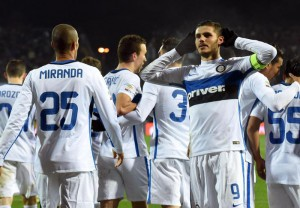Inter's forward Mauro Icardi (R) celebrates with his teammates after scoring the 0-1 goal during the Italian serie A soccer match between Empoli Fc vs Fc Inter at Carlo Castellani Stadium in Empoli, 06 January 2016. ANSA/CLAUDIO GIOVANNINI