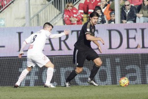 Carpi's Raffaele Bianco  (L) and Juventus' Sami Khedira  (R) in action during the Italian Serie A soccer match Carpi FC vs Juventus FC at Alberto Braglia  Stadium in Modena, Italy, 20 December 2015. ANSA/ELISABETTA BARACCHI