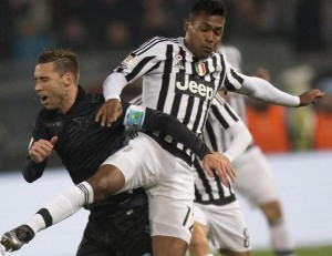Lazio's Lucas Biglia (L) and Juventus' Alex Sandro in action during the Italy Cup quarter final soccer match SS Lazio vs Juventus FC at Olimpico stadium in Rome, Italy, 20 January 2016. ANSA/CLAUDIO PERI