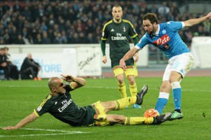 Napoli's Gonzalo Higuain (R) and Milan's Alex in action during the Italian Serie A soccer match SSC Napoli vs AC Milan at San Paolo stadium in Naples, Italy, 22 February 2016. ANSA/CIRO FUSCO
