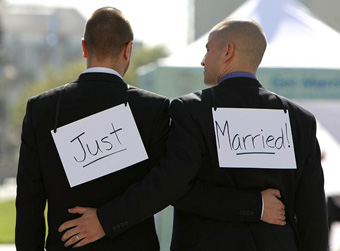 "Coppia gay fotografata di spalle con la scritta ""Just married"""