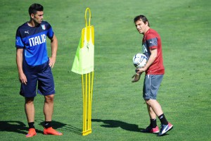 Italy's forward Graziano Pellè (L) and Italy's head coach Antonio Conte () during a training session