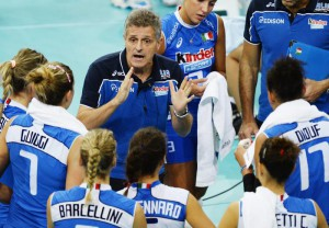 Italian head coach Marco Mencarelli, center, talks to his players during the Volleyball European Championships match between Italy and Poland at the Hallenstadion in Zurich, Switzerland, Tuesday, 10 September 2013. Italy won 3-0.  EPA/STEFFEN SCHMIDT