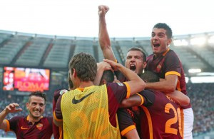 Roma's players celebrate for the goal during the Italian Serie A soccer match AS Roma vs Juventus FC at Olimpico stadium in Rome, Italy, 30 August 2015.  ANSA/ALESSANDRO DI MEO