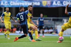 Inter's Mauro Icardi (L) scores the goal during the Italian Serie A soccer match AC Chievo Verona vs FC Inter at Bentegodi stadium in Verona, Italy, 20 September 2015. ANSA/FILIPPO VENEZIA