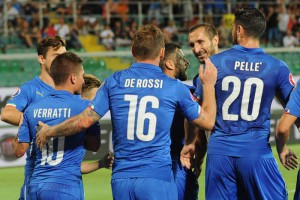 Italian midfielder Daniele De Rossi (C) celebrates with teammates after scoring on penalty the 1-0 goal lead against Bulgaria during UEFA EURO 2016 Group H qualifying round match at Renzo Barbera Stadium in Palermo, 6 September 2015. ANSA/MIKE PALAZZOTTO