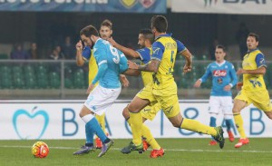 Napoli's Gonzalo Higuain (l) in action during the italian serie A soccer match AC Chievo Verona ? SSC Napoli at Bentegodi stadium in Verona, 25 October 2015. ANSA / FILIPPO VENEZIA