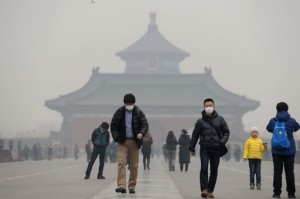 This picture taken on February 24, 2014 shows visitors wearing masks in Temple of Heaven in haze-covered Beijing.  CHINA OUT     AFP PHOTO