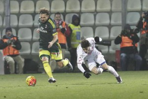 Carpi's Raphael Martinho (R) and Milan's Alessio Cerci (L) in action during the Italian Serie A soccer match Carpi FC vs AC Milan at Alberto Braglia Stadium in Modena,Italy, 6 December 2015.ANSA/ELISABETTA BARACCHI