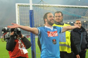 Napoli's Gonzalo Higuain celebrates the victory at the end of the Italian Serie A soccer match SSC Napoli vs FC Inter at San Paolo stadium in Naples, Italy, 30 November 2015. ANSA/CESARE ABBATE