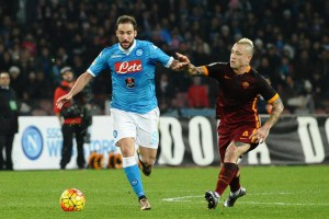 Napoli's forward Gonzalo Higuain and Roma's miedfielder Radja Nainggolan (R) in action during the Italian Serie A soccer match between SSC Napoli and AS Roma at San Paolo Stadium in Naples, 13 December 2015. ANSA/ CIRO FUSCO