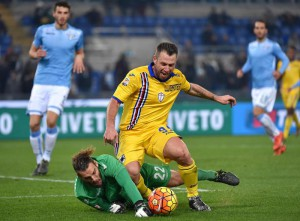 SS Lazio's goalkeeper Federico Marchetti (L) vies for the ball with UC Sampdoria's Antonio Cassano during their Italian Serie A soccer match at the Olimpico stadium in Rome, Italy, 14 December 2015.  ANSA/ETTORE FERRARI