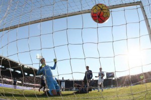 Atalanta's goalkeeper Marco Sportiello sees the ball touched by teammate Rafael Toloi (c) going on goal for the 1-1 during the italian serie A soccer match Atalanta Bergamasca Calcio - FC Internazionale Milano at Atleti Azzurri d?Italia Stadium, Bergamo, northern Italy, 16 January 2016. ANSA / PAOLO MAGNI