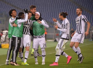 Juventus' Stephan Lichtsteiner (3L) jubilates with his teammates after scoring the goal during the Italy Cup quarter final soccer match SS Lazio vs Juventus FC at Olimpico stadium in Rome, Italy, 20 January 2016. ANSA/MAURIZIO BRAMBATTI