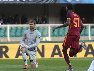 Chievo's goalkeeper Albano Bizzarri (L) shows his dejection after Roma's Alessandro Florenzi (not seen) scored the goal during the Italian Serie A soccer match AC Chievo Verona vs AS Roma at Bentegodi stadium in Verona, Italy, 06 January 2016. ANSA/FILIPPO VENEZIA