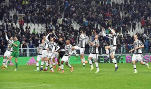 Juventus' players greet his supporters celebrating the victory at the end of the Italian Serie A soccer match Juventus Fc vs Fc Internazionale at Juventus stadium in Turin, 28 February 2016. ANSA / ANDREA DI MARCO