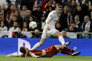 Real Madrid's Welsh midfielder Gareth Bale (up) gives the ball next to Bosnian defender Ervin Zukanovic (down) of AS Roma during their Champions League round of 16 second leg match played at Santiago Bernabeu stadium in Madrid, Spain, 08 March 2016.  EPA/JAVIER LIZON