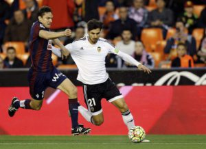 Valencia CF's Portuguese midfielder Andre Gomes (R) duels for the ball with Eibar's defender Ion Ansotegi (L) during the Spanish Liga Primera Division soccer match played at the Mestalla stadium, in Valencia, eastern Spain, 20 April 2016. ANSA/Juan Carlos Cardenas