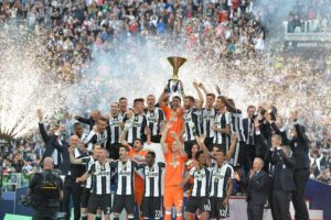 "Juventus FC's players celebrate the Italian Serie A championship (Italian ""Scudetto"") at the end of the soccer match against UC Sampdoria at the Juventus Stadium in Turin, Italy, 14 May 2016. ANSA/ALESSANDRO DI MARCO"