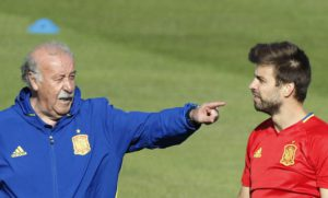 Spain's head coach Vicente del Bosque (L) talks with defender Gerard Pique (R) during the team's training session held in Re Island, France, 24 June 2016. EPA/JuanJo Martin