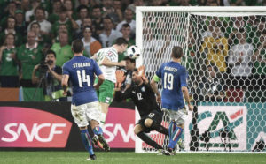 Robbie Brady (2-L) of Ireland scores the 1-0 lead against Italy's goalkeeper Salvatore Sirigu (2-R) during the UEFA EURO 2016 group E preliminary round match between Italy and Ireland at Stade Pierre Mauroy in Lille Metropole, France, 22 June 2016. EPA/ANDY RAIN