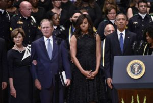 Dallas, Barack Obama con la first lady Michelle , l'ex presidente George W Bush