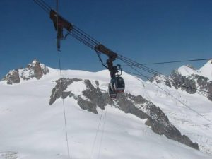 The handout photo posted on Facebook profile of Italian Alpine Rescue shows the operation of the evacuation of the cable car blocked on the Mont Blanc (France-Italy), 08 September 2016. ANSA/FACEBOOK ITALIAN ALPINE RESCUE