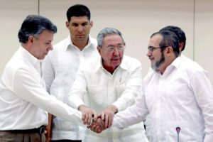 Cuban President Raul Castro (C) holds the hands of Colombian President Juan Manuel Santos (L) and top leader of the Revolutionary Armed Forces of Colombia (FARC) Rodrigo Londono 'Timochenko' Echeverri (R) during a press conference announcing the reaching of an agreement between the two parts after nearly three years of peace negotiations, in Havana, Cuba, 23 September 2015. The Colombian government and the FARC guerrillas unveiled a major agreement on how justice shall be applied during the transition period from war to peace in Colombia.  EPA/ALEJANDRO ERNESTO