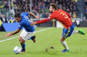 Italy's Eder (L) and Spain's Gerard Piquè in action during the FIFA World Cup 2018 Group G qualification match Italy vs Spain at the Juventus Stadium in Turin, Italy, 06 October 2016. ANSA/ALESSANDRO DI MARCO