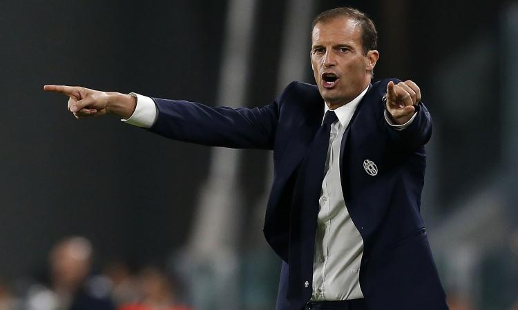 Allegri dà ordini da bordo campo.