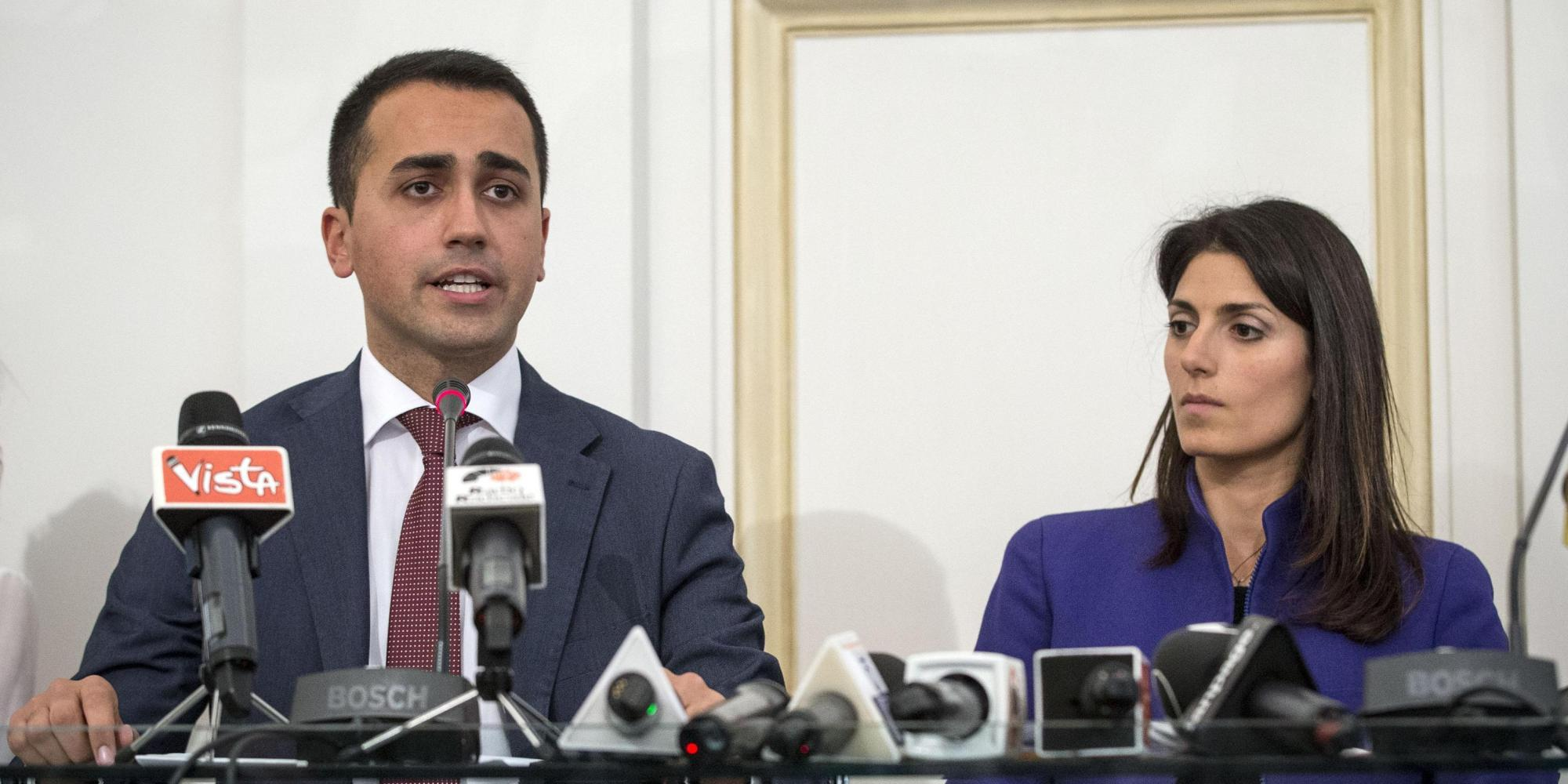 Luigi Di Maio con Virginia Raggi in conferenza stampa.