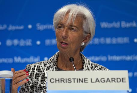 Christine Lagarde parla dal podio in una conferenza.
