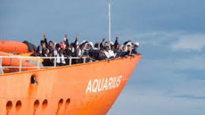 Aquarius, i migranti assiepati a prua.