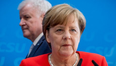 Angela Merkel in primo piano e Horst Seehofer in secondo piano.